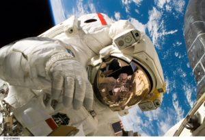 l'uomo che fa orbiting ti controlla e osserva come se fossi la terra